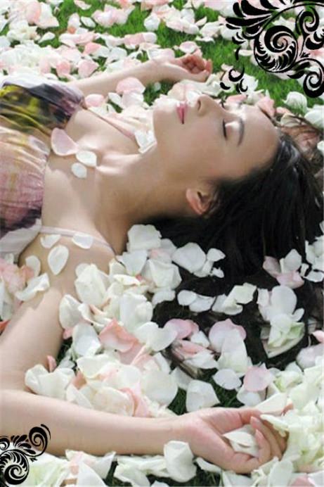 žena v plátcích růží_